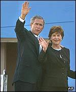George W. Bush y su esposa