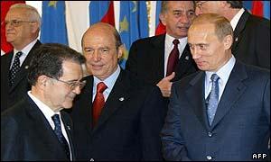 Vladimir Putin, presidente de Rusia (der.) recibe a Romano Prodi, presidente de la Comisión Europea (abajo izq.).