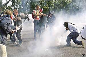Police fire tear gas at protesters at Annemasse
