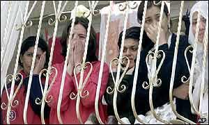 Mujeres observan el horror de la masacre