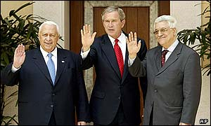 Ariel Sharon, George W. Bush y Abu Mazen