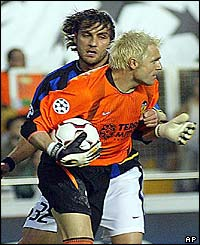 Valencia's goalkeeper Santiago Canizares grabs the ball after a shot by Inter Milan's Christian Vieri