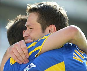Mark Viduka congratulates goalscorer Harry Kewell
