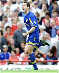 Mark Viduka celebrates his goal