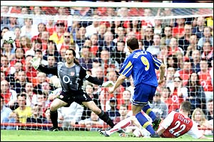 Mark Viduka scores the winning goal