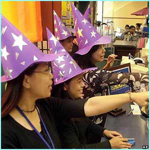 Philippines: Shop assistants in the capital Manila wore witches' hats