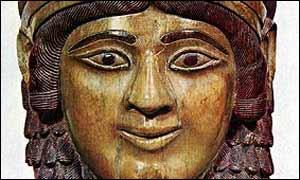 Cabeza de mujer en marfil, siglo VII A.C. desparecida en los saqueos.