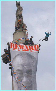 On Friday, a group protesting for a free Tibet climbed Nelson's Collumn in London, then one of them parachuted off!