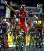 'Super' Mario Cipollini uses a lead-out man in the sprint finishes