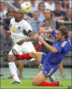 Geremi gets his cross in under the sliding challenge of Bixente Lizarazu