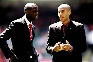 Liverpool's Djimi Traore and Arsenal's Thierry Henry chat before the 2001 final