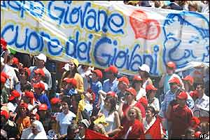 Pilgrims hold a banner with a caricature of Pope John Paul II saying Papa Giovane, Cuore dei Giovani (A Young Pope, Heart of Youth).