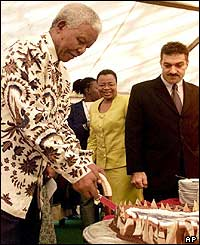 Nelson Mandela cuts the birthday cake