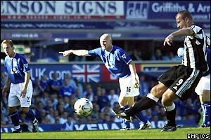 Alan Shearer scores his second penalty against Everton