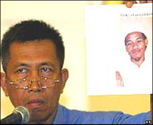 Indonesian police chief I Made Mangku Pastika holds up photograph of Mukhlas