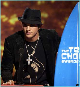 Heartthrob Ashton Kutcher looking cool with his surf-board accepting an award for Choice TV Comedy Actor
