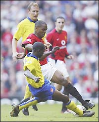 Man Utd's Quinton Fortune clashes with Arsenal's Lauren