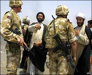 Iraqi imams talk to British soldiers