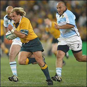 Australian flanker Phil Waugh evades the Argentine defence