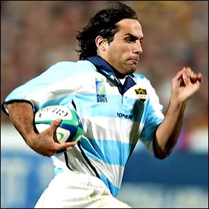 Martin Gaitan runs in to score a try for Argentina
