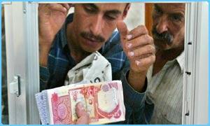 An Iraqi gets the new Dinar - _39455318_dinar300