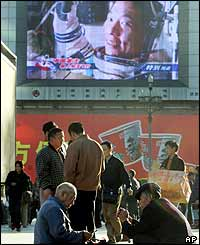 Big screen features reports on the space flight at Beijing railway station