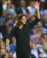 Hernan Crespo waves to fans at Stamford Bridge after completing his move from Inter