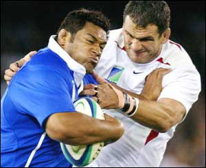 Samoa's Kas Lealamanu'a and England captain tussle for the ball