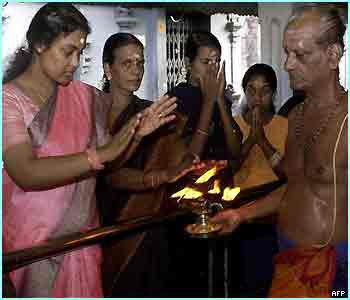 Sri Lankan Hindu women seek blessings from a Hindu priest