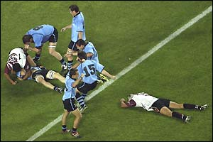 Nicolas Brignoni (centre) scores his side's third try