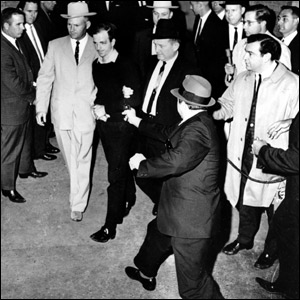 Jack Ruby, propietario de un club de Dallas, dispara contra Lee Harvey Oswald