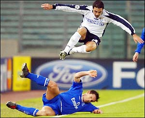 Frank Lampard gets the ball from Stefano Fiore