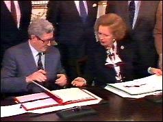 Garret FitzGerald and Margaret Thatcher signing agreeement