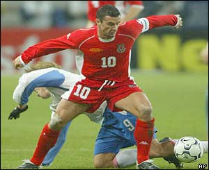 Gary Speed evades a challenge from Russia's Dmitry Bulykin