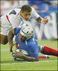 Serge Betsen scores a try for France