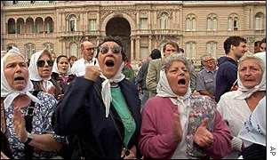 Las madres de Plaza de Mayo prosiguieron sus marchas una vez recuperada la democracia, incluso hasta hoy.