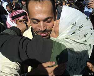 Released Palestinian prisoner being kissed by a family member