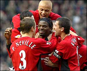 Louis Saha is congratulated by his Man Utd team mates