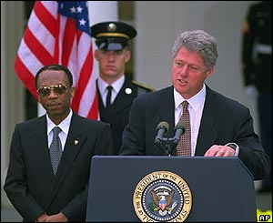 Ex-US President Clinton bids farewell to Aristide, Oct 1994