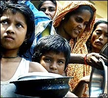 Flood affected Bangladeshis queue for food at a shelter in Dhaka
