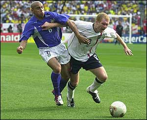 Roberto Carlos clashes with Scholes during the 2002 World Cup quarter-final in Japan
