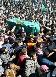 Palestinians throng around Sheikh Yassin's coffin during the funeral procession