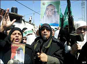 Palestinian hold up guns and shout anti-Israeli slogans during Sheikh Yassin's funeral