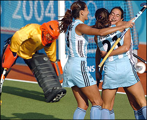 Argentinian hockey players celebrate after scoring a goal
