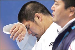 Inoue leaves the floor after he is defeated in the quarter-finals