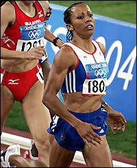 Kelly Holmes eases into the next round with a time of 4:05.58