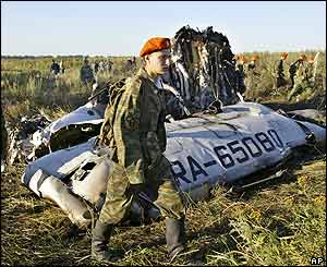 Emergency Ministry soldiers at site of crash of Tu-134 in the Tula region