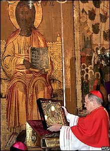 Cardinal Walter Kasper carries icon into the Cathedral of the Assumption