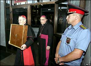 Vatican delegation arrives in Moscow with icon in box