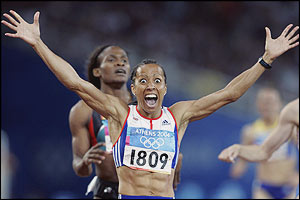 Kelly Holmes fights off Maria Mutola to win gold in the 800m